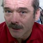 Chris Hadfield laat zien hoe huilen in de ruimte gaat