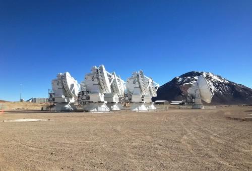 Een kleine groep antennes van de Atacama Large Millimeter/submillimeter Array (ALMA) op de Chajnantor-hoogvlakte in het noorden van Chili. Dit is de derde ESO-sterrenwacht.