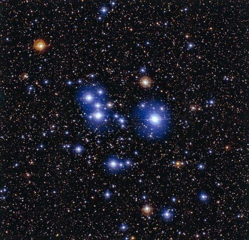 Deze spectaculaire opname van de sterrenhoop Messier 47 is gemaakt met de Wide Field Imager-camera van de 2,2-meter MPG/ESO-telescoop van de ESO-sterrenwacht op La Silla (Chili). Deze jonge open sterrenhoop wordt gedomineerd door een paar dozijn heldere, blauwe sterren, maar bevat ook enkele rode reuzensterren die daar duidelijk bij afsteken. Credit: ESO