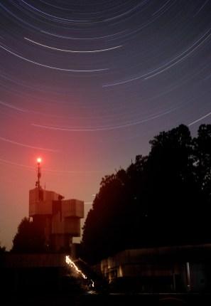 Tragovi zvijezda iznad spomenika na Petrovoj gori.