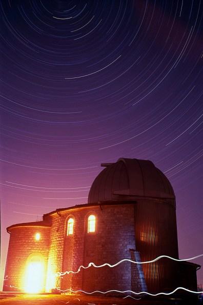 Tragovi zvijezda iznad zvjezdarnice Tičan. Mamiya 6x9, 400 ASA, 3h ekspozicije.