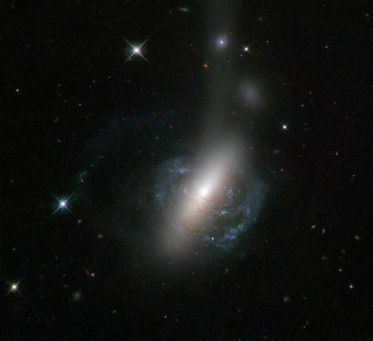 Hubble, biri parçalanmış çarpışan iki gökadanın görüntüsünü yayınladı.