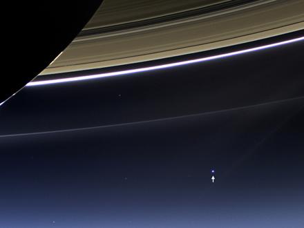 Cassini kamerası Dünya'yı ancak küçük bir nokta olarak gördü. (NASA/JPL-Caltech/Space Science Institute)
