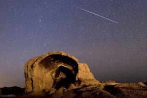 A Quadrântidas através do céu da Pérsia em 2011. Crédito: Babak Tafreshi, TWAN