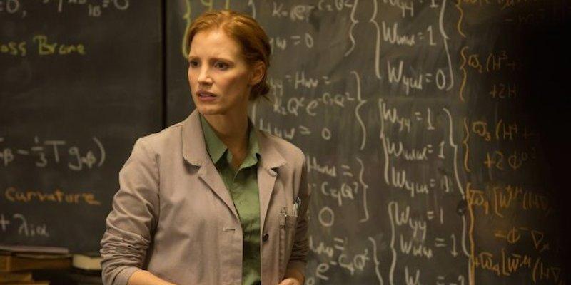Interestelar: cena com Murphy (Jessica Chastain) estudando as equações do Dr. Brand.