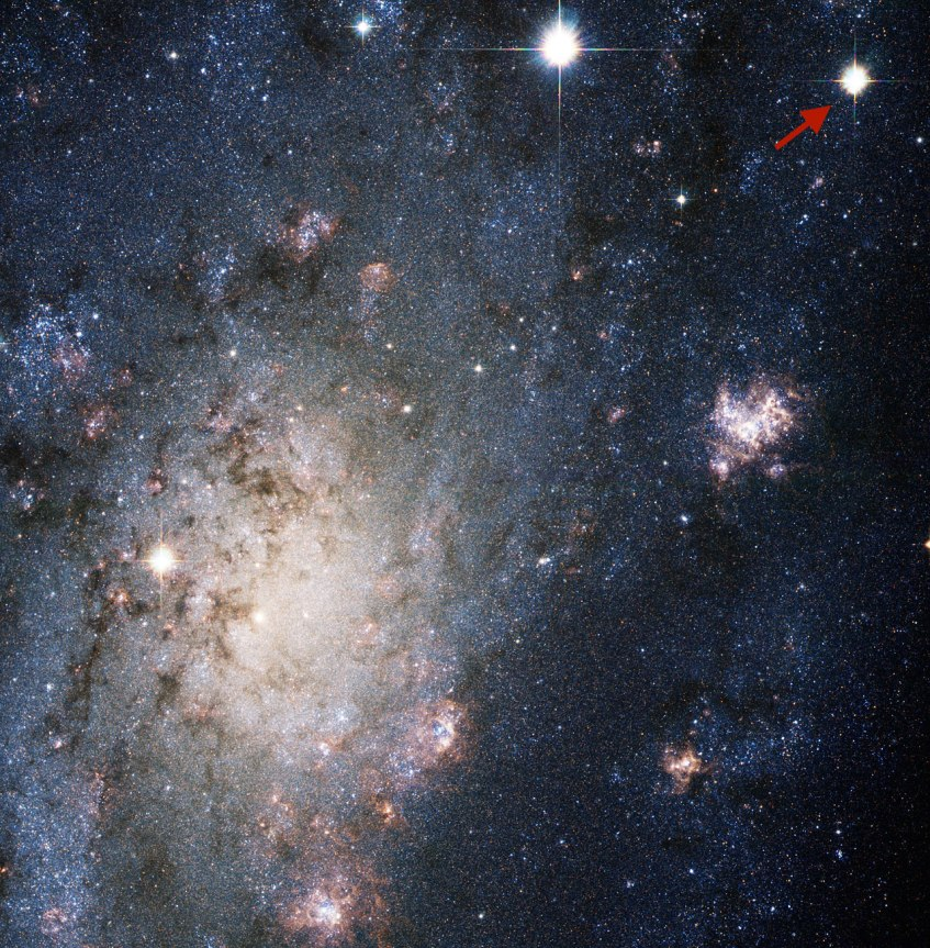 A supernova SN2004dj na galáxia NGC2403, a cerca de 11 milhões de anos-luz na direcção da constelação do Lince. Esta supernova foi de tipo II-P, provocada pelo colapso gravitacional do núcleo de uma estrela maciça. NASA, ESA, A.V. Filippenko (University of California, Berkeley), P. Challis (Harvard-Smithsonian Center for Astrophysics), et al..