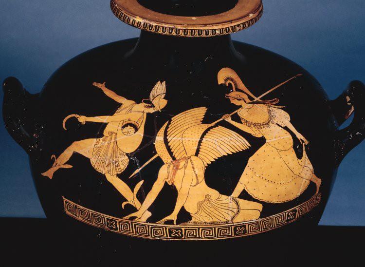 Perseu afasta-se de Medusa decapitada, levando a sua cabeça num saco. A presença protectora da deusa Atena é constante.