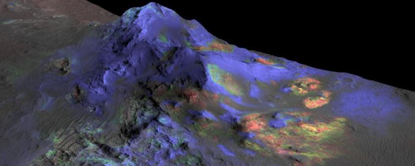 Cientistas encontraram depósitos de vidro de impacto preservado em crateras marcianas usando dados do espectômetro CRISM da espaçonave MRO (Mars Reconnaissance Orbiter). A cor verde indica a presença de vidro (os tons de azul denotam a piroxena, vermelho é olivina). Créditos: NASA/JPL-Caltech/JHUAPL/Universidade do Arizona