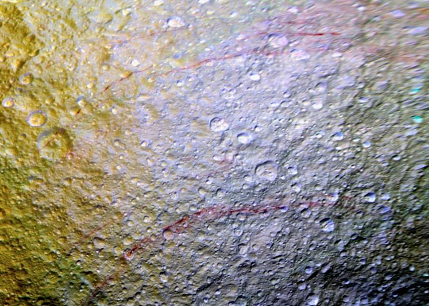 linhas_vermelhas_Tetis_cor_falsa_NAC_ISS_Cassini_110415