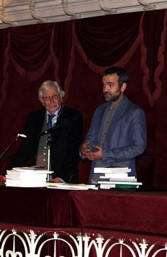 O presidente da Sociedade de Geografia de Lisboa, o Professor Luís Aires-Barros, atribui o prémio Gago Coutinho 2015 ao Doutor José Afonso, coordenador do Instituto de Astrofísica e Ciências do Espaço (IA), em representação dos vencedores. Crédito: Sociedade de Geografia de Lisboa