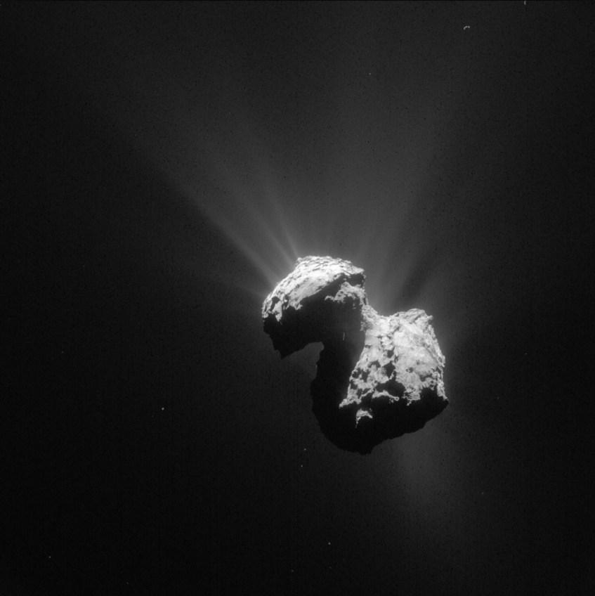 O cometa 67P/Churyumov-Gerasimenko, o alvo de estudo da sonda Rosetta. É bem visível a sua estrutura bilobada e os jactos de gás, resultantes da sublimação de gelos sub-superficiais. Crédito: ESA.