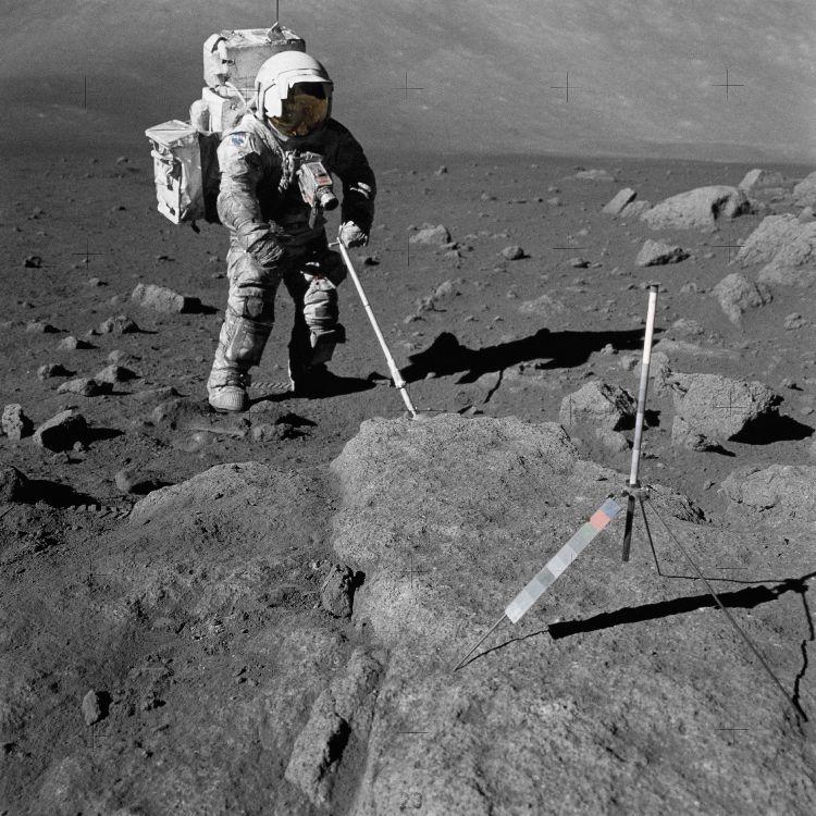 La combinaison de l'astronaute Harrison Schmitt couverte de poussière lors de son séjour de 75 heures sur la Lune au cours de la mission Apollo 17 le 12 décembre 1972 - LUXORION