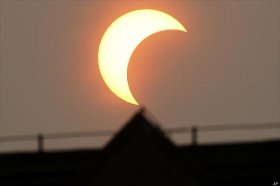 Eclipse sobre una estructura piramidal en Pekin