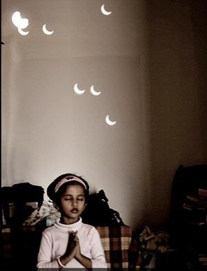 Niña india reza durante el Eclipse del 20 de Mayo
