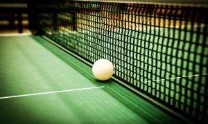 Tischtennisball_auf_Platte