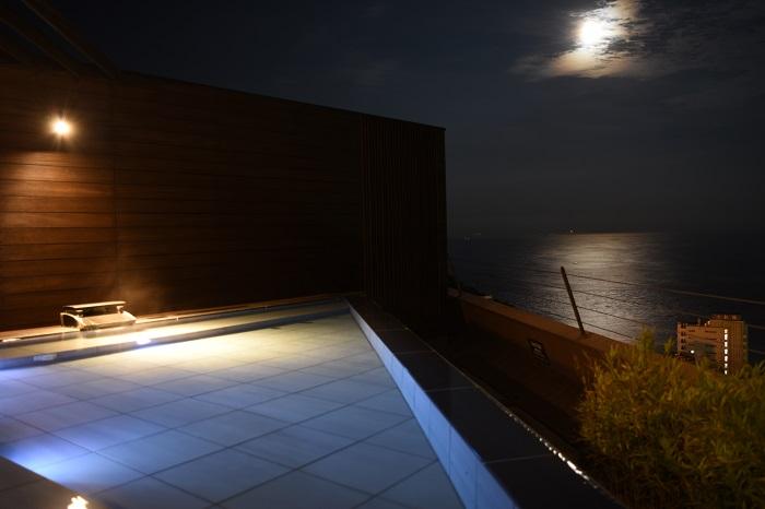 天空露天風呂から眺める満月とムーンロード