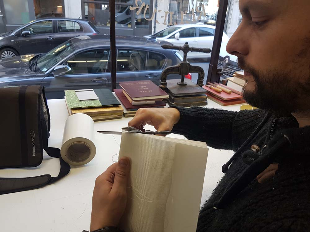 finition-couture-page-livre-atelier-reliure-geneve-suisse