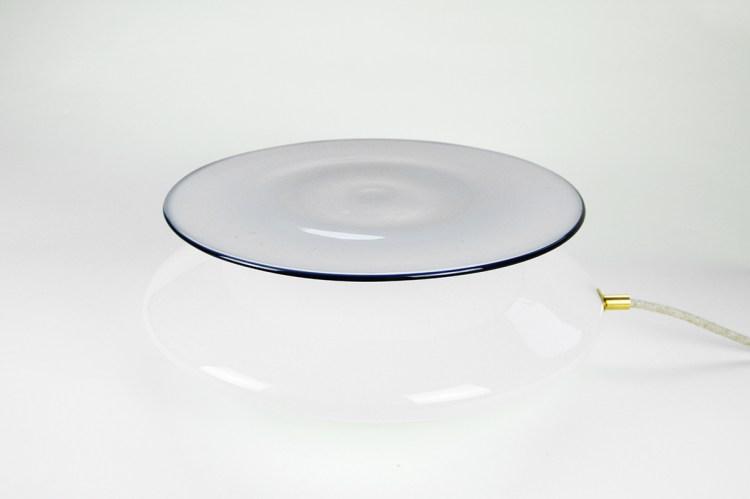 Lampe à poser en verre soufflé blanc opalin. Lumière qui diffuse un décor par projection