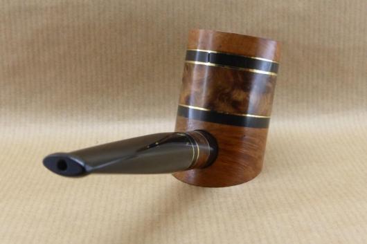 """Vue arrière droite d'une pipes à tabac contemporaine de la collection """"COLORS"""". No3 Broussin de Thuya"""