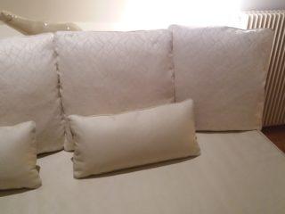 habillage d'un lit avec dessus de lit ajusté et coussins