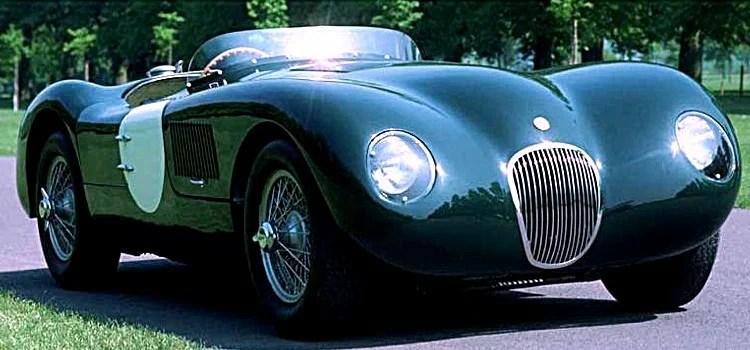 Jaguar Type C, voiture de course de 1951 Atelier du Loft Mobilier avec pièces de voitures et motos