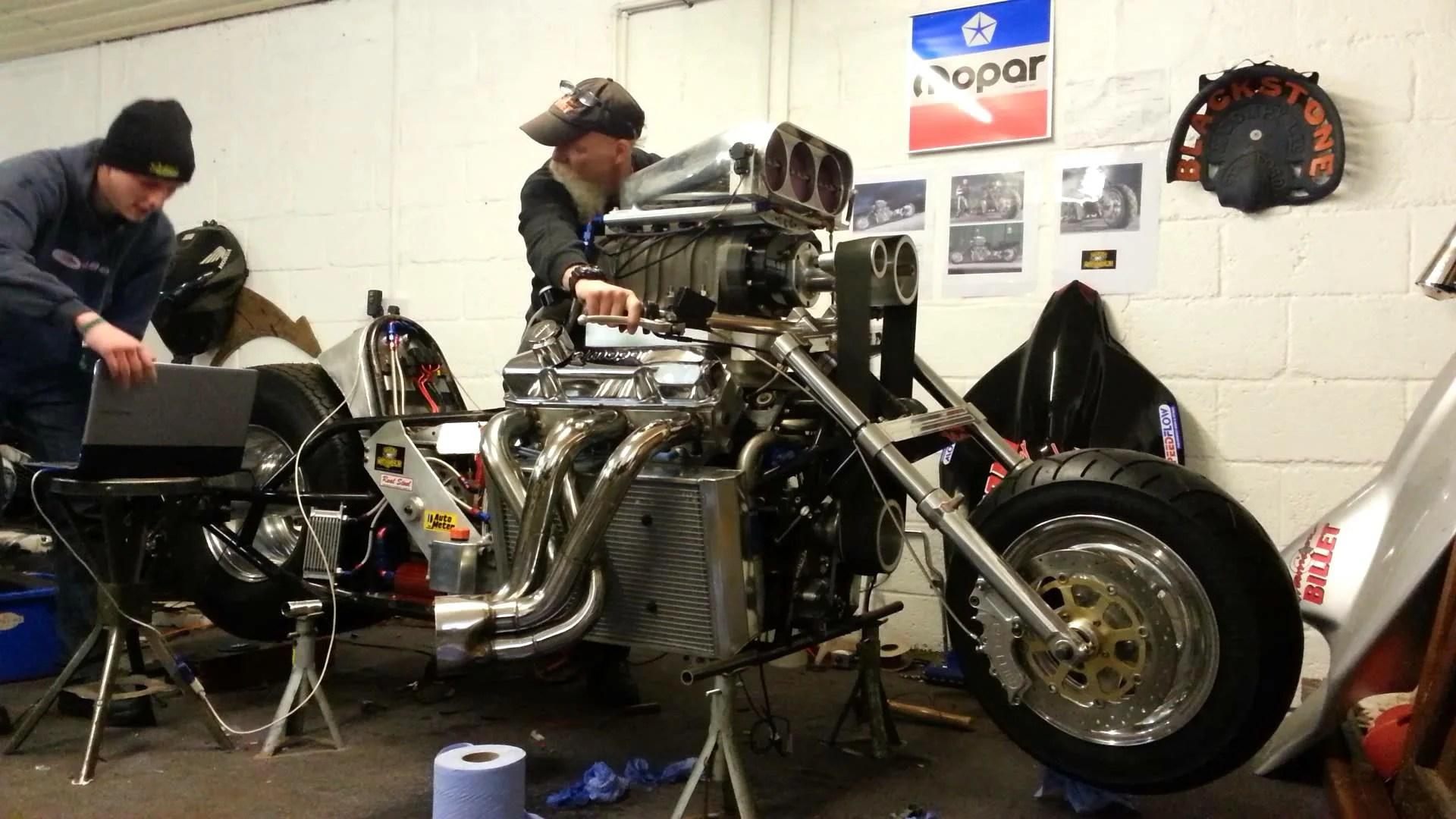 Daniela DAUDE artiste Mobilier avec pièces détachées d'auto et de moto. Article sur l'imposante moto de 1200CV de Nick Argyle fabriquée avec un moteur V8