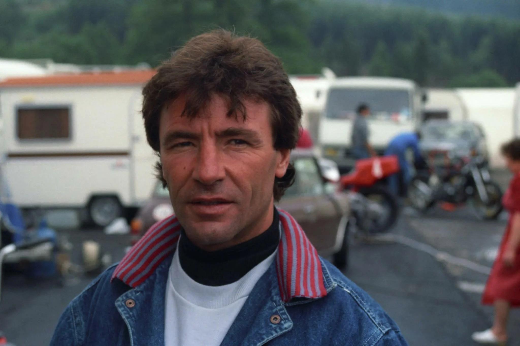Angel Nieto un des plus grands pilotes avec 13 titres mondiaux est décédé le 03.08.2017 suite à un accident de la circulation Voir sa carrière son palmarès