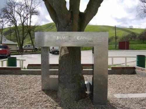 JAMES-DEAN-Le-memorial-sur-le-lieu-de-l-accident