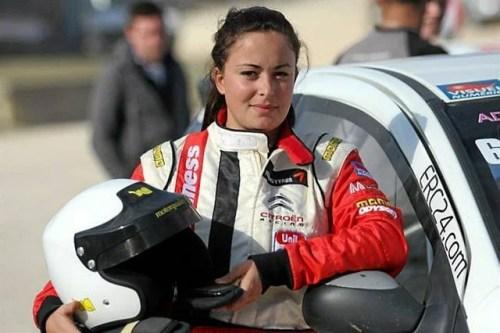 Adeline Sangnier n'a que 22 ans et bataille pour le titre 2009 Adeline Sangnier Championnat de France de Rallycross 2012 Article rédigé par Daniela DAUDE artiste sur l'univers auto moto Adeline Sangnier court avec les hommes en Rallycross, devenant triple Championne de France