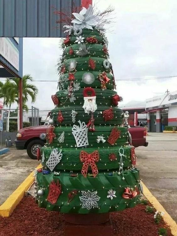 Un sapin de Noël avec des pneus pièces détachées d'autos ou motos