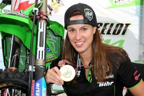 Livia Lancelot,motocross 2 fois championne du Monde, Sextuple Championne de France Article rédigé par Daniela DAUDE artiste mobilier avec pièces autos motos