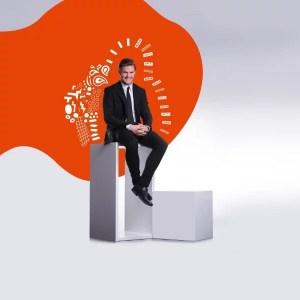 homme assis sur une étagère aux couleurs de l'identité graphique my beautiful value