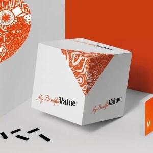 cube avec l'identité graphique de my beautiful value qui illustre les jeux et outils d'activité vendus dans la boutique