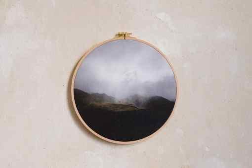 Stoffdruck im Stickrahmen von Nicole Siemers für das atelier.91, Lichtfall in den Highlands