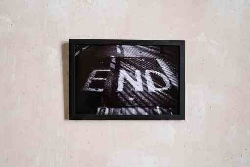 Schwarzer Bilderrahmen 20x30 cm an verputzter Wand, Kollektiv91 und atelier.91