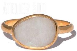 Handgemaakte goud op Sterling zilveren ring met een facet geslepen Maansteen. De ring is gevormd rond de steen.