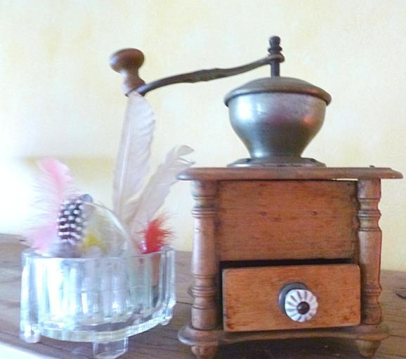 Kaffeemühle und Federn