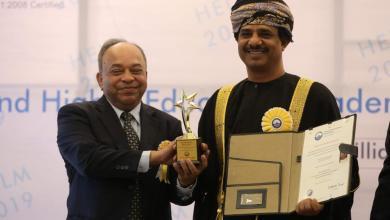 صورة رئيس جامعة ظفار يحصل على جائزة من مؤسسة دولية