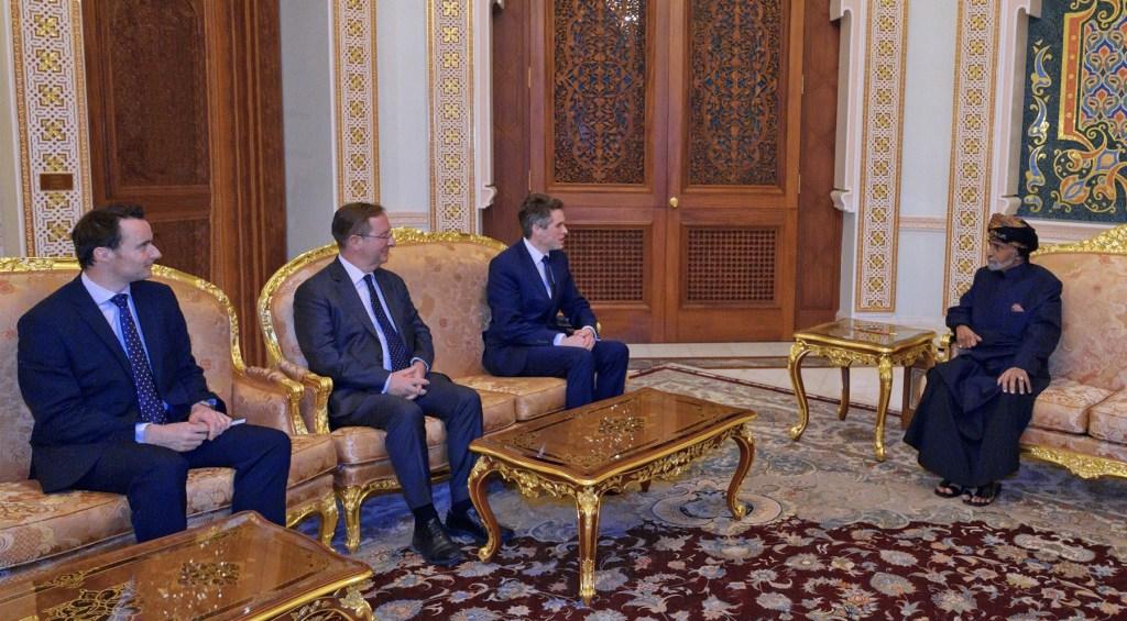 بالفيديو والصور: شاهد إطلالة جلالة السلطان أثناء استقبال وزير الدفاع البريطاني
