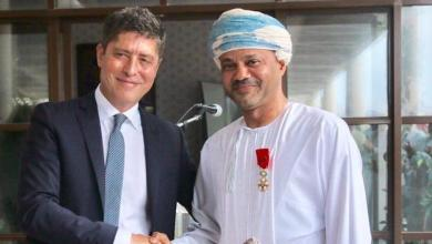 Photo of الرئيس الفرنسي يمنح بدر بن حمد وسام جوقة الشرف الوطني