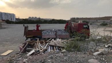 صورة مخالفة شركة ترمي مخلفات البناء في موقع عام