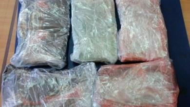 صورة أفريقي يحوز كميات كبيرة من المخدرات