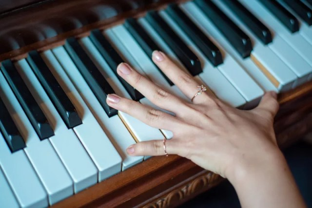 Piano Playing Athelio