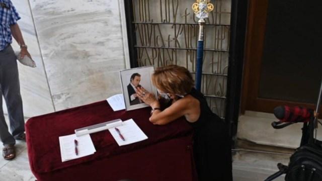 Συγκλονίζει ανάπητη γυναίκα στη κηδεία του Βοσκόπουλου
