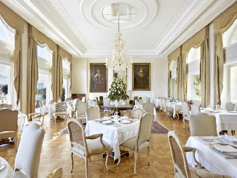 Tudor Hall - Χρυσοί Σκούφοι