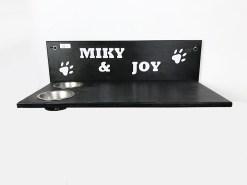 Mensola per gatti con ciotole e scritta intagliata