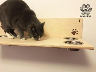 Mensola per gatti con ciotole in legno