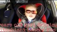 3χρόνο κοριτσάκι οδηγεί οριακά ένα EVO 320 ίππων