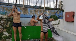 Απίστευτο: Ποδοσφαιριστές έκαναν μπάνιο σε… γούρνα στην Κω!