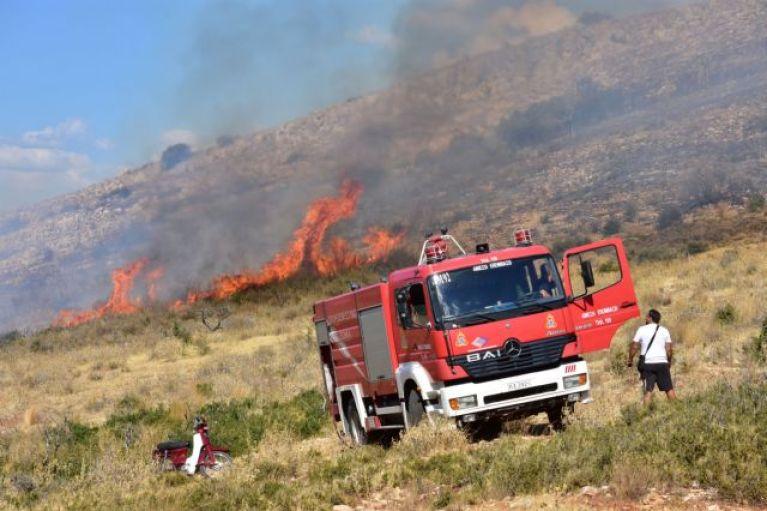 Μια πυρκαγιά σε κουζίνα στη Φορτέτσα και δέκα σε ξερά χόρτα πάλι στην Κρήτη